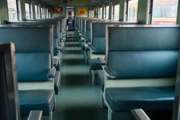 Assente no trem velho com sol da tarde.