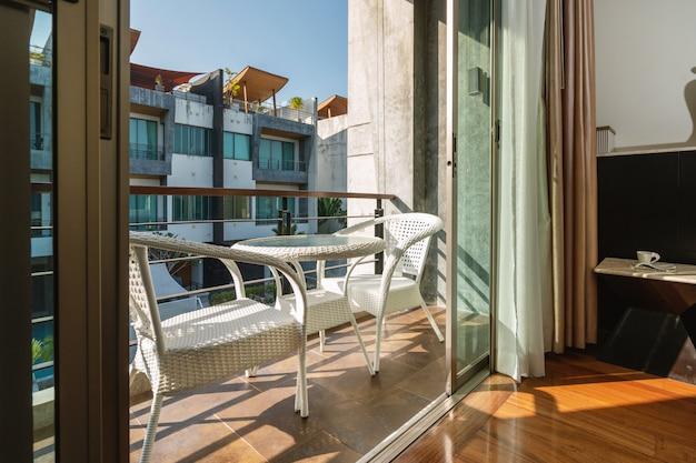 Assento ao ar livre na varanda com vista para piscina villa, casa, casa, condomínio e apartamento
