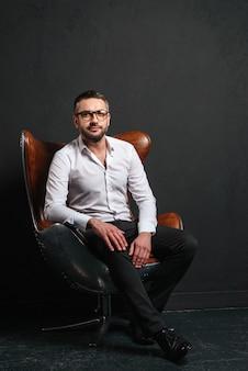 Assento considerável do homem de negócios isolado