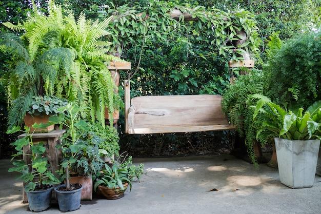 Assento de balanço de madeira no jardim ao ar livre