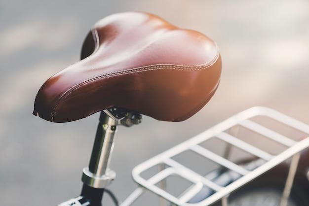 Assento de couro marrom de uma bicicleta