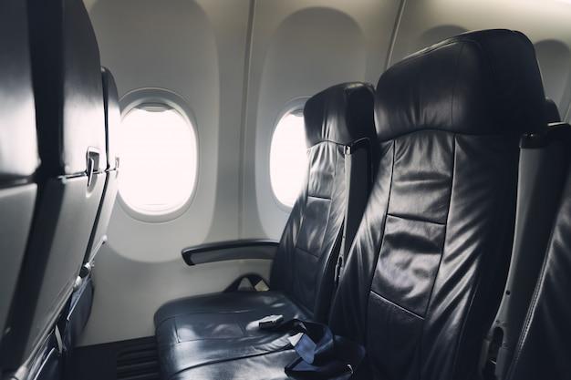 Assento do passageiro do avião a posição do assento da janela tem um cinto de segurança em todas as cadeiras