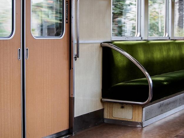 Assento verde dentro do trem