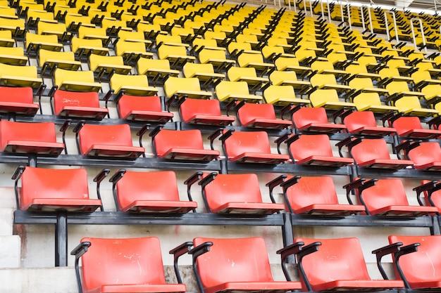 Assentos amarelos vazios no estádio