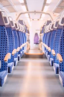 Assentos azuis brilhantes em um trem vazio na alemanha