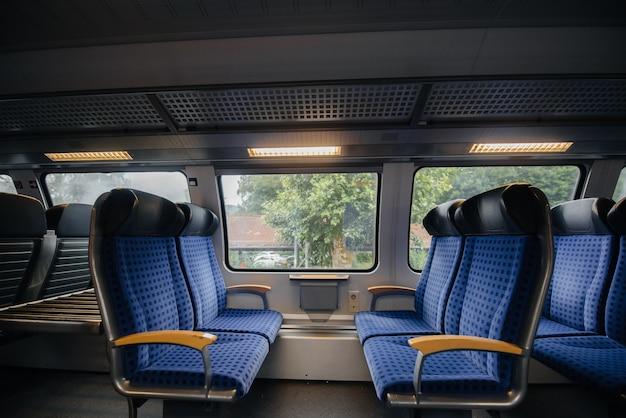 Assentos azuis confortáveis e bonitos no trem. transporte. viaja.