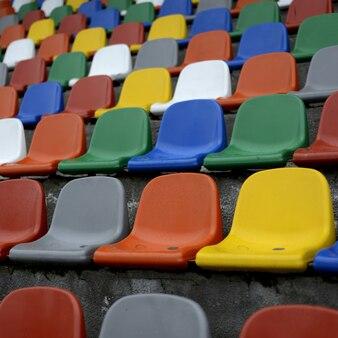 Assentos coloridos em um campo de futebol