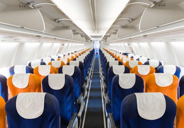 Assentos de avião de passageiro vazio na cabine