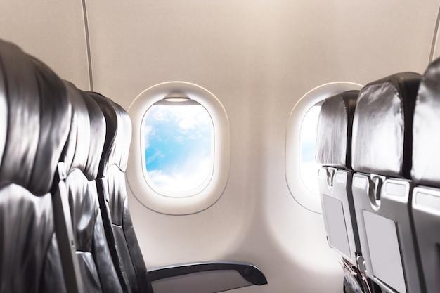 Assentos de avião na classe de economia de cabine
