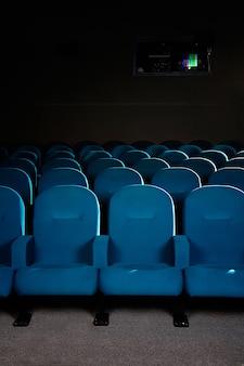 Assentos de cinema em um cinema