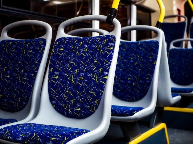 Assentos de interior noturnos do ônibus noturno que vai na cidade