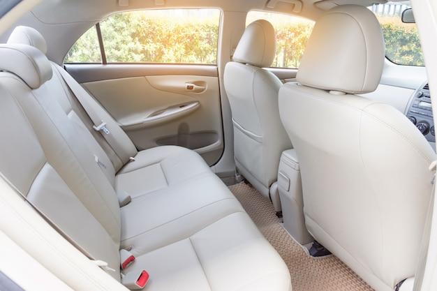 Assentos de passageiro de volta no carro de luxo moderno