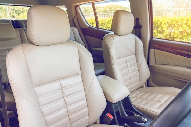 Assentos de passageiro fornt em carro de luxo moderno