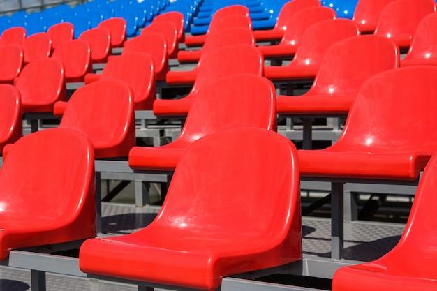 Assentos de plástico no estádio no verão