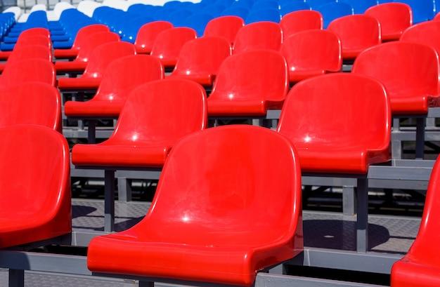 Assentos de plástico no estádio