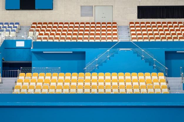 Assentos de plástico vazios no estádio