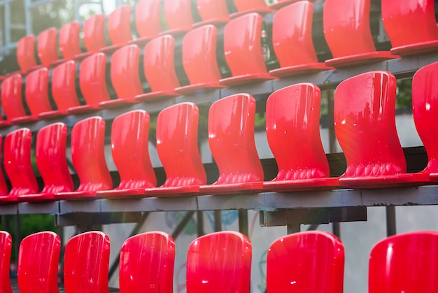 Assentos de plástico vermelhos vazios