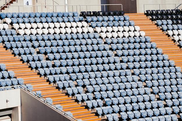 Assentos de um estádio de futebol em um dia ensolarado. campeão do mundo