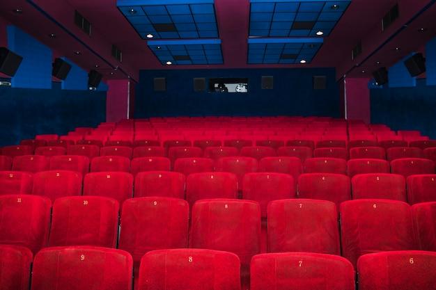 Assentos de veludo na sala de cinema