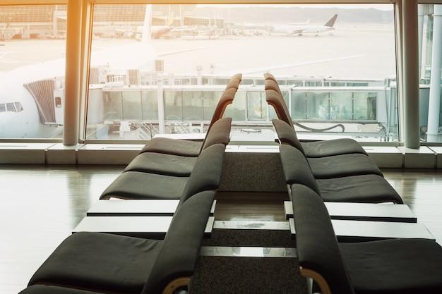 Assentos desfocados para viajantes aguardando descanso na sala de embarque do aeroporto internacional de incheon