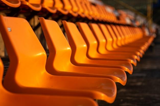 Assentos do estádio na cor laranja.