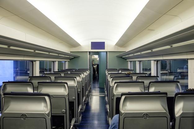 Assentos internos da cabine dentro do metrô