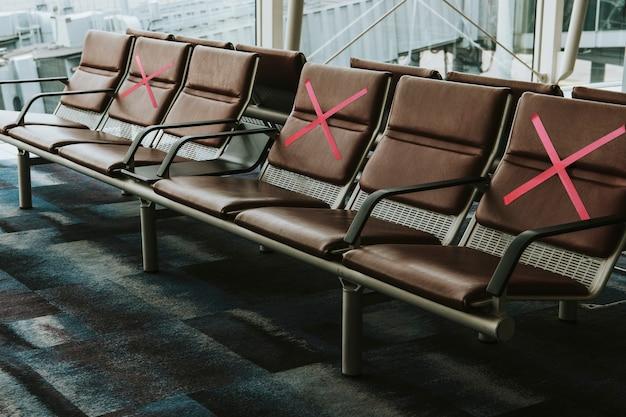 Assentos marcados com um x para distanciamento social durante covid-19