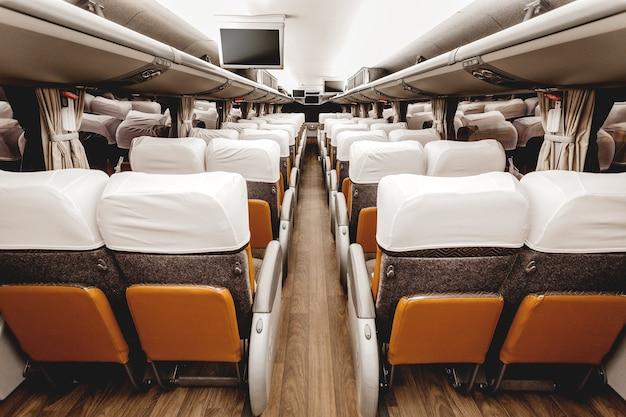 Assentos marrons do interior de um avião moderno