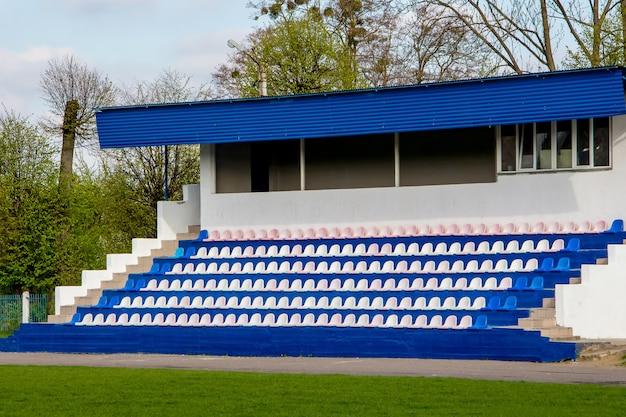 Assentos para espectadores no pequeno estádio da escola