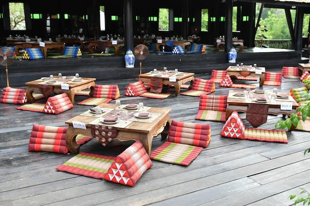 Assentos para jantar de antigos tailandeses