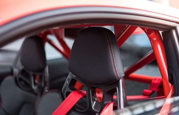 Assentos pretos e cintos de segurança vermelhos de um carro