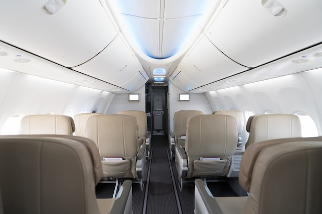 Assentos vazios do avião do passageiro na cabine. interior em avião moderno.
