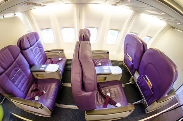 Assentos vazios em assentos da classe executiva de um avião de passageiros.