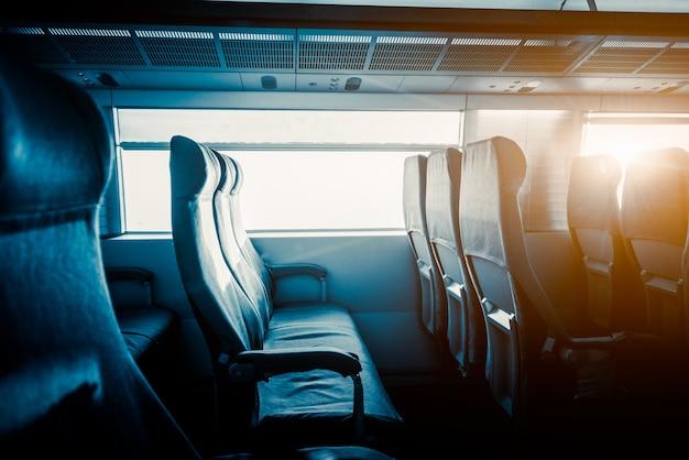 Assentos vazios pela janela no trem