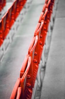 Assentos vermelhos em um estádio de futebol Foto Premium