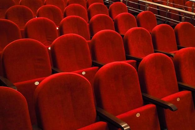 Assentos vermelhos na sala de concertos.