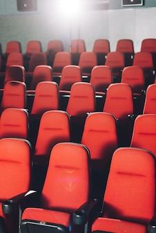 Assentos vermelhos no cinema
