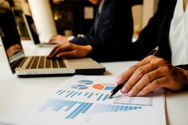 Assessoria de finanças que discute plano executivo executivo