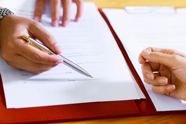 Assinatura de contrato imobiliário