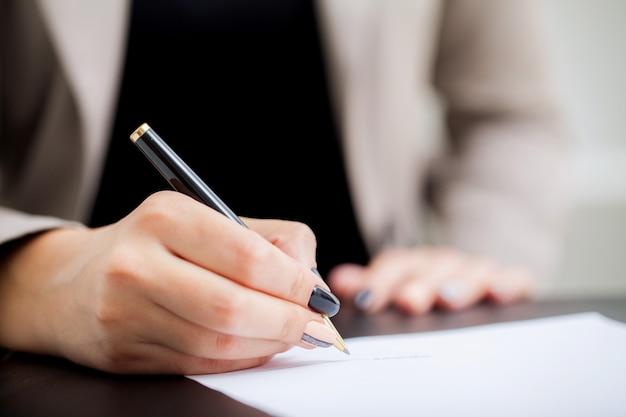 Assinatura do contrato. mulher negócio, assinando, contrato, documento, forma