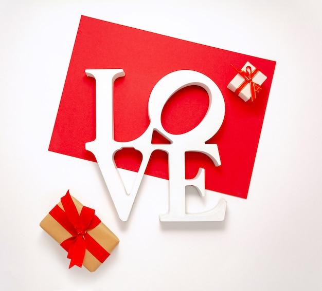 Assine o amor vista superior feliz dia dos namorados dia decorações plana leigos. palavra amor e pequena caixa de presente