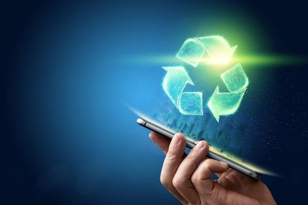 Assine o holograma de reciclagem sobre o tablet na mão. o conceito de terra limpa, eliminação de lixo.