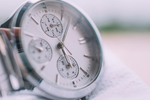 Assista o relógio na mesa de madeira