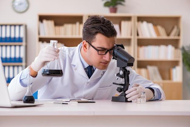 Assistan de laboratório jovem trabalhando no laboratório