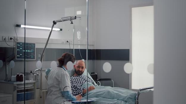 Assistência médica verificando os sinais vitais do paciente monitorando a frequência cardíaca injetando vitamina