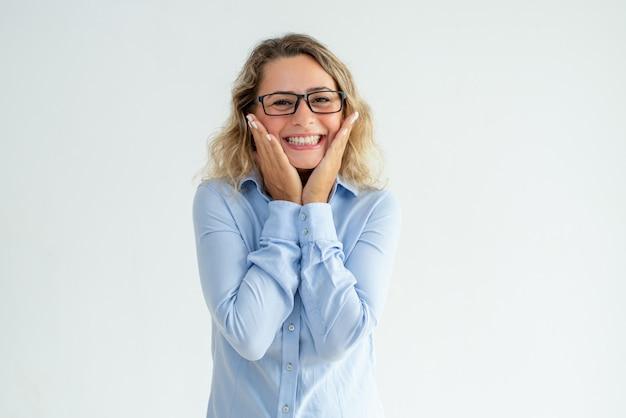 Assistente de escritório feliz encantado com grandes novidades