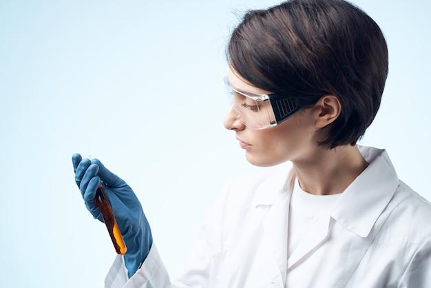 Assistente de laboratório sentado à mesa, microscópio, pesquisa, biotecnologia, isolado, fundo