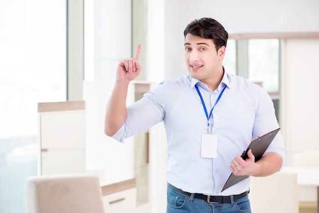 Assistente de vendas em loja de móveis