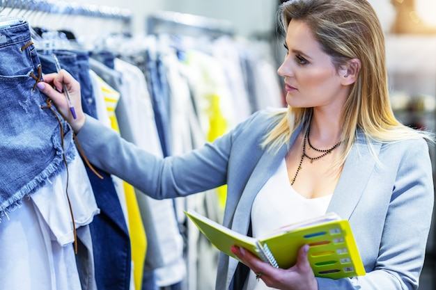 Assistente de vendas em loja de roupas