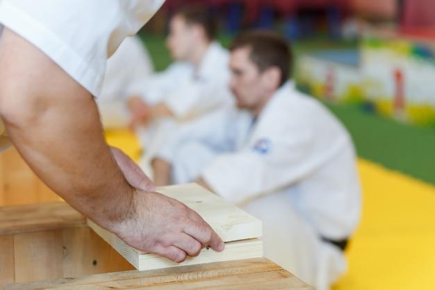Assistente empilha as tábuas de madeira